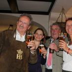 Der Ex-Oberbürgermeister der Stadt München, Christian Ude (links), war der Ehrengast beim Oktoberfest: (von links) die designierte SPD-Bundestagskandidatin Doris Aschenbrenner, Oberbürgermeister Norbert Tesser und Ortsvereinsvorsitzende Peggy Hoffmann.